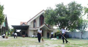 Angota TNI Al sedang bersihkanGreja Kristen Jawi Wetan