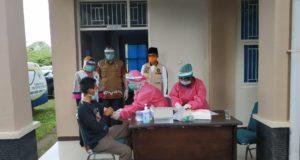 salah seorang PDP sedang dilakukan pengambilan darah untuk di lakukan rapid tes di balai diklat kabupaten Bangkalan (foto:pojoksuramadu)