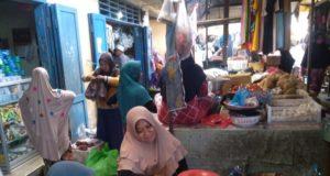 Pedagang di Pasar Tanjung Bumi tetap beraktivitas ditengah pembatasan karena pandemi covid-19, (Foto:Pojoksuramadu.com)