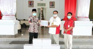 Bupati Bangkalan R Abdul Latif Amin Imron menerima bantuan secara simbolis dari PHE Field Relation Pertamina Hulu Energi Herry Sukmawan (14/06/2020) (foto: pojoksuramadu.com)