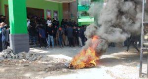 Mahasiswa membakar ban bekas saat melakukan aksi demonstrasi di IAIN Pamekasan (Foto:Pojoksuramadu)