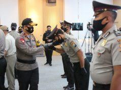 Kapolda Jatim gelar upacara Korp Rapor kenaikan pangkat anggota Polri dan PNS Polri Polda Jatim digelar di Gedung Tribrata Mapolda Jatim. (foto:pojoksuramadu)