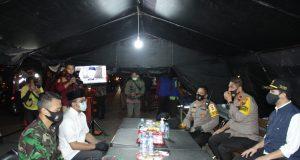 wakapolda Irjen Pol Drs. Djamaludin bersma wakil gubernur emil dardak bersama jajarn fokopimda kabupaten Bangkalan sedang berbincang di posko hari raya idul Adha di Exit jembatan Suramadu (foto:pojoksuramadu)