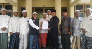 ketua DPRD kabupaten Bangkalan Muhamad Fahat dan Habib Mustofa Al Bahar memperlihatkan surat kesepakatan antara dua belah pihak (06/07/2020) (foto:pojoksuramadu)
