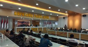 Kapolda Jatim bersama Forkopimda gelar Pres Conference penanganan Covid-19, bertempat di gedung Tribrata Rupatama Mapolda Jatim (poto:pojoksuramadu.com)