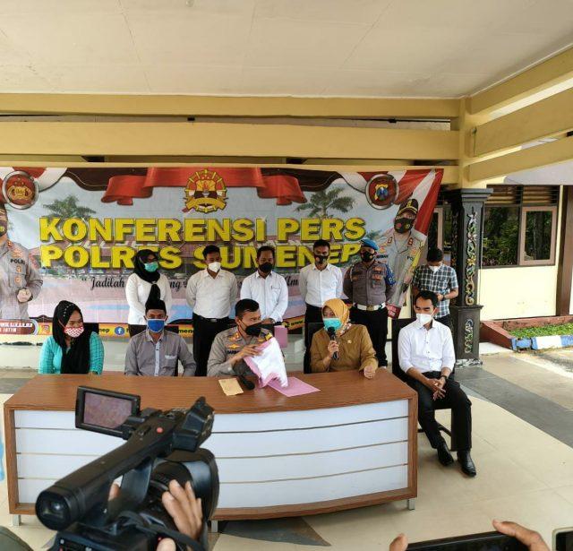 Caption: kapolres Sumenep di dampingi Direktur RSUD MA dan Orang Tua bayi yang diduga tertukar. (Foto: pojoksuramadu.com)